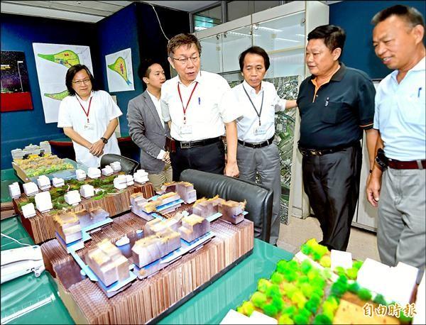 台北市長柯文哲(左三)昨主持台北市社子島專案辦公室揭牌,並聽取說明。(記者方賓照攝)