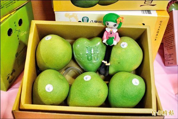 八里柚農打造心型文旦柚,在七夕情人節前夕搶市。(記者陳韋宗攝)