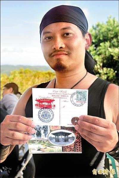 陳重源自掏腰包設計兩百套紀念明信片及紀念幣。(記者蔡宗憲攝)