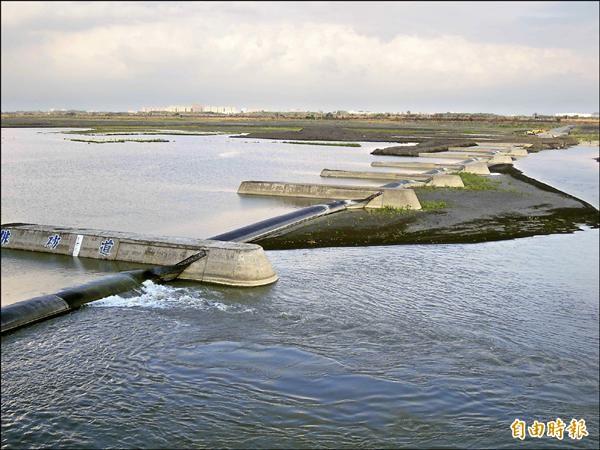 颱風災後,高屏溪水需經稀釋降低濁度。(記者黃旭磊攝)