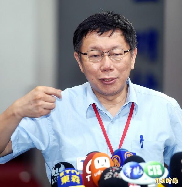 台北市長柯文哲12日出席「市長與里長市政座談會大安區第三場」,會前接受媒體記者採訪。(記者方賓照攝)