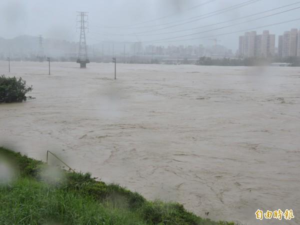 颱風來襲,新店溪秀朗橋下由汪洋一片。(資料照,記者何玉華攝)