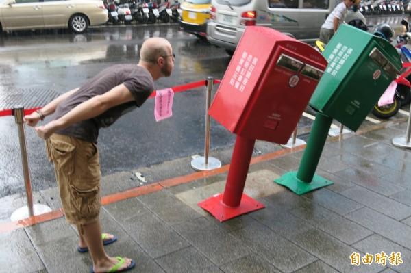 蘇迪勒颱風狂掃台灣後,意外成為新景點的北市龍江路上「歪腰郵筒」,成為新聞焦點,網路上掀起風潮,原來其實全台還有許多它們的「雙胞胎」。(記者甘芝萁攝)