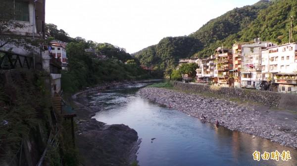 沿南勢溪兩側,有不少溫泉餐廳或旅館。(資料照,記者賴筱桐攝)
