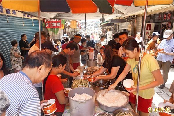 烏來老街上的受災戶,透過共同呷飯的時光,互相勉勵、加油打氣,凝聚共患難的團結意識。(記者張安蕎攝)