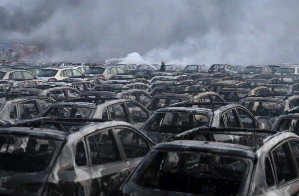 天津昨夜發生大爆炸,目前現場仍有多處火點持續燃燒,消防員也仍在現場持續協助處理。(路透)