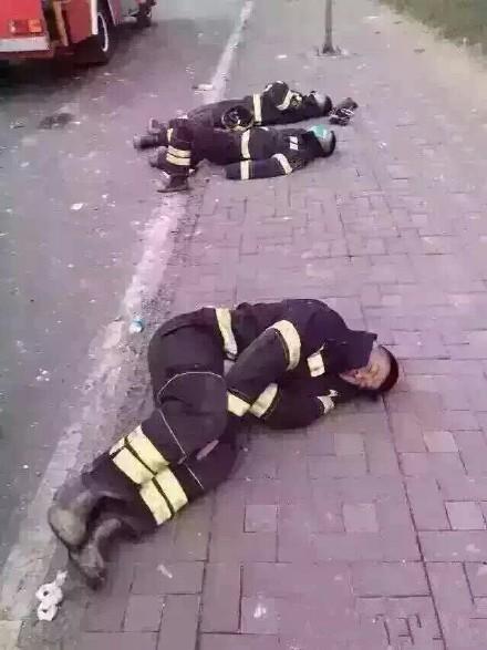 中國網友在微博貼出消防員們在搶救昨夜發生的天津爆炸案後,累倒睡路邊的照片。(圖擷取自微博)