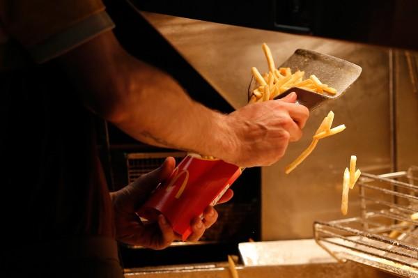麥當勞禁止員工送餐給遊民的政策,遭到各界強力批評。(彭博社)