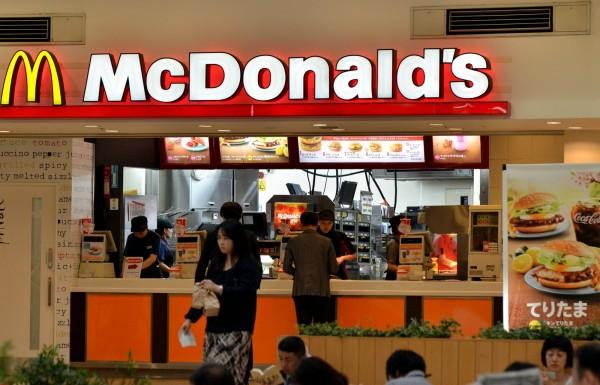遭民眾拒買抵制,決定將關閉上百家店面,日本麥當勞創史上最大虧損。(法新社)