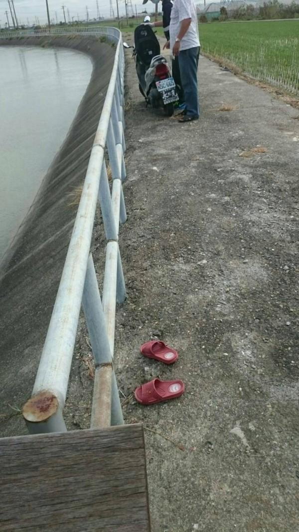 江姓婦人越過嘉南大圳護欄投水自盡,現場留有拖鞋。(記者蔡宗勳翻攝)