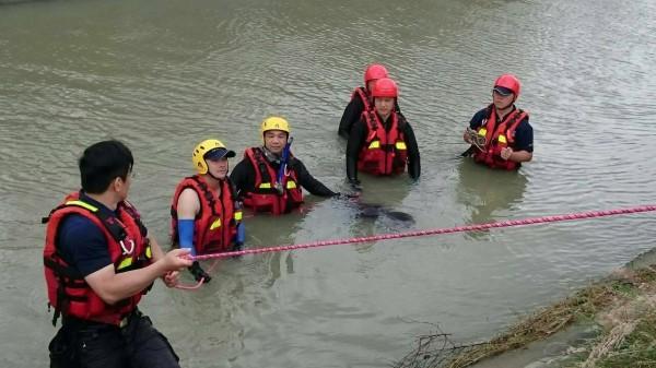 消防隊員進入嘉南大圳搜救。(記者蔡宗勳翻攝)