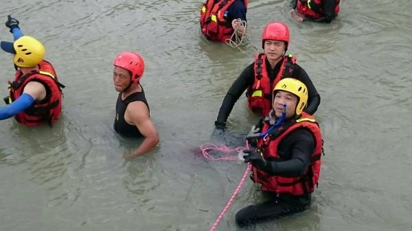 救生人員在嘉南大圳進行地毯式搜尋。(記者蔡宗勳翻攝)