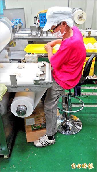 有了氣壓高吧椅,林成標照樣能達成公司目標。(記者洪臣宏攝)