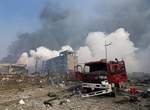 爆炸現場,一輛消防車被炸成廢鐵。 (法新社)