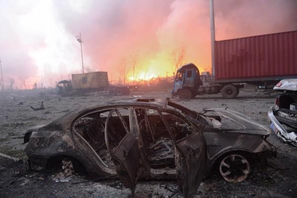 天津大爆炸造成嚴重死傷,中國官媒14日下午統計指出,目前已有包含21名消防員在內的56人死亡,住院的721人中則有25人危重症、33人重症。(法新社)