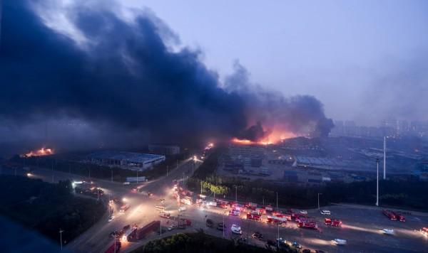 天津爆炸案各界關注,有記者遭當地警嗆「來跪我」,盛傳是《中國時報》記者。(法新社)