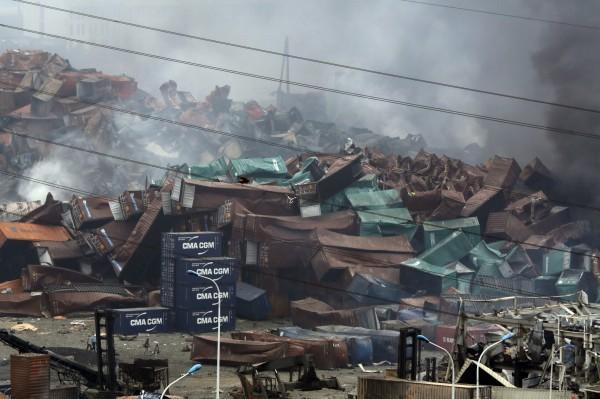 天津市政府今天(14日)在記者會上公布,目前死於天津爆炸事件的人數為50人,包括17名消防隊員。而今天早上7點左右,在爆炸現場附近找到失聯的消防隊員周倜,緊急送往醫院治療。(美聯社)