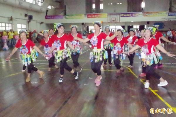 環保志工利用資源回收物裝扮自己,表演啦啦隊舞,熱力四射。(記者林國賢攝)