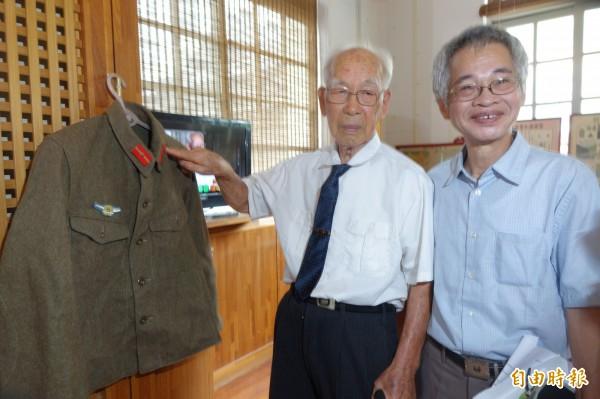 台籍日本兵林才壽(圖左)解說日本軍服,有階級與空軍的標示。(記者劉曉欣攝)