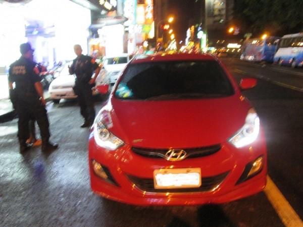 高市保大特勤員警在六合夜市一帶勸導違停車輛,卻意外查獲槍毒。(記者黃佳琳翻攝)