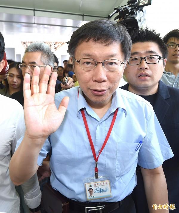 台北市長柯文哲下週一將啟程赴中國上海參加雙城論壇,也會帶五百張悠遊卡贈給中國官員。(資料照,記者方賓照攝)