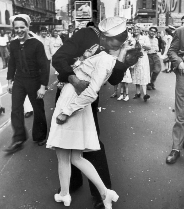 攝影師艾森施泰特1945年時意外捕捉到一名水手開心的和路過的護士擁吻,成為讓世人舉世聞名的經典照片。(圖取自每日郵報)