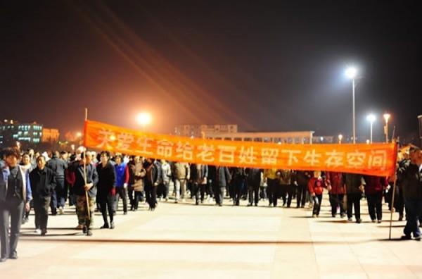 2012年4月,天津濱海新區有上萬民眾反對當地興建化工廠。他們高舉「關愛生命,給老百姓留生存空間」等標語,抗議中沙(天津)石化有限公司開建年產26萬噸聚碳酸酯的化工廠。(圖擷取自《立場新聞》)