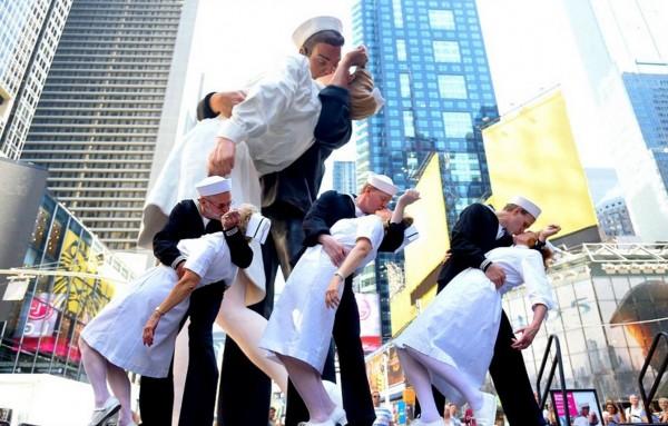 不少情侶更是整身都穿著護士及水手的裝扮,在廣場的紀念雕像前模仿這張經典照片。(圖取自每日郵報)