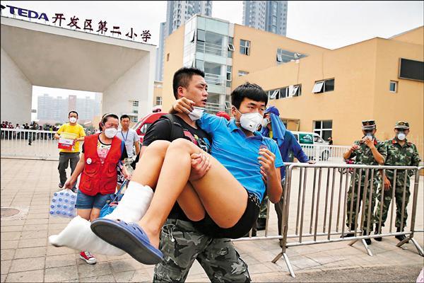 天津市政府十五日確認爆炸現場有氰化物等致命化學物質後,緊急撤離安置在災區附近小學的居民。(法新社)