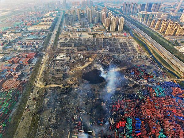 從空照圖可見,天津市十二日發生大爆炸後現場滿目瘡痍,地面留下一個巨大坑洞。(歐新社)