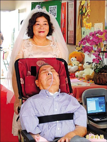▲林陳阿嬤穿漂亮婚紗伴著坐輪椅的先生走紅地毯。(記者洪瑞琴攝)