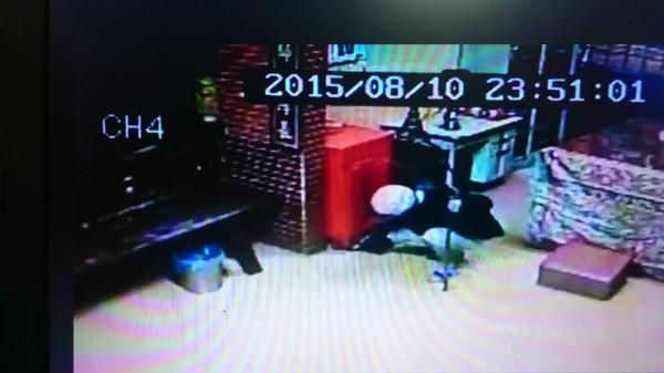 竊嫌拿了一根鐵撬在偷香油錢,過程都被監視器錄下來。(記者葉永騫翻攝)