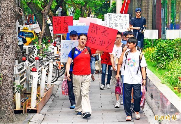 挺課綱團體數十人昨日上午從台大醫院捷運站走到教育部前,手持看板標語和國旗,力挺教育部從8月起開始實施的新課綱。(記者羅沛德攝)