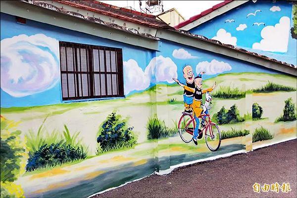 屏東縣竹田鄉美崙村的壁畫近來掀起觀光熱潮,其中還有全球最長、面積最廣的「老夫子壁畫」。(記者邱芷柔攝)