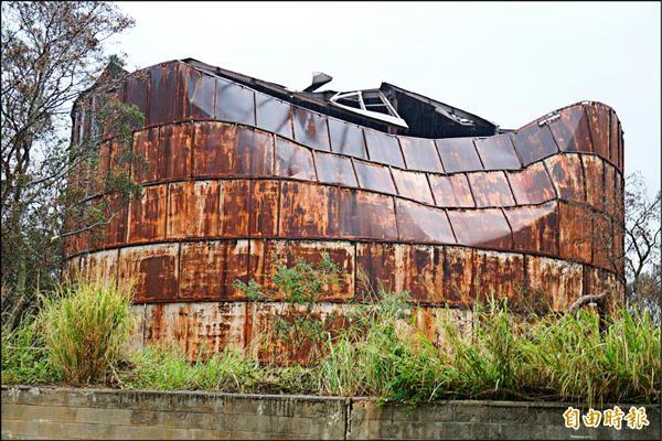 大楊油庫被蘇迪勒強風毀壞,台中市文資處初估修復經費約需兩千萬元。(記者歐素美攝)