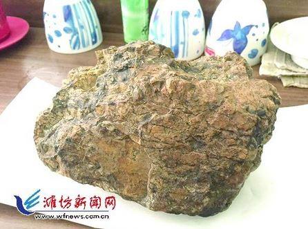中國山東一名農民發現的兩座隕石山,長期遭到當地村民拿來鋪路。(圖擷取自灘坊新聞網)