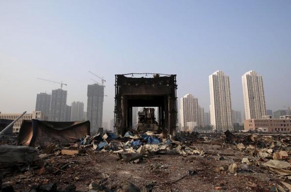 天津大爆炸,爆炸現場形同廢墟。(路透)