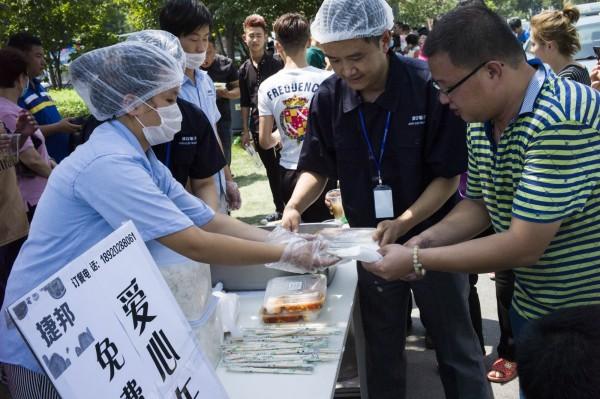 爆炸案後,現場有許多善心人士提供物資。(法新社)