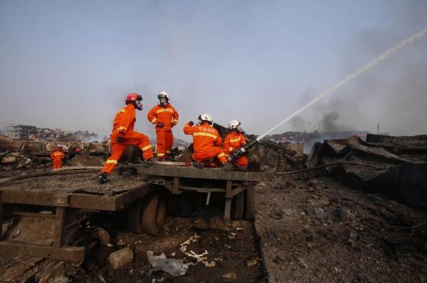 有媒體指首批消防員可能用水施救,致使助燃化學物質導致大爆炸,令輿論批評官方誤判災情。(法新社)