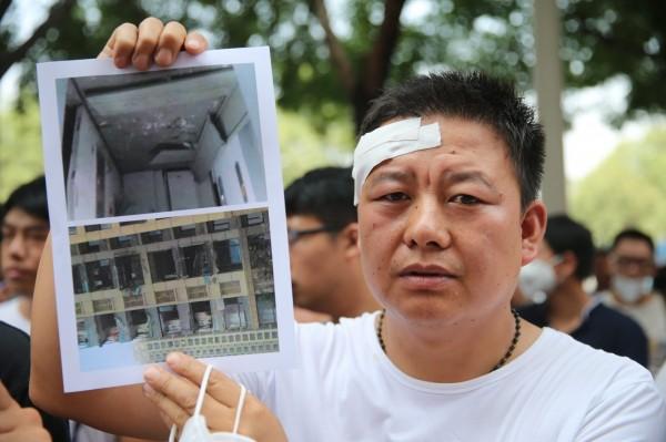 受災戶要求政府買回受損房屋。(歐新社)