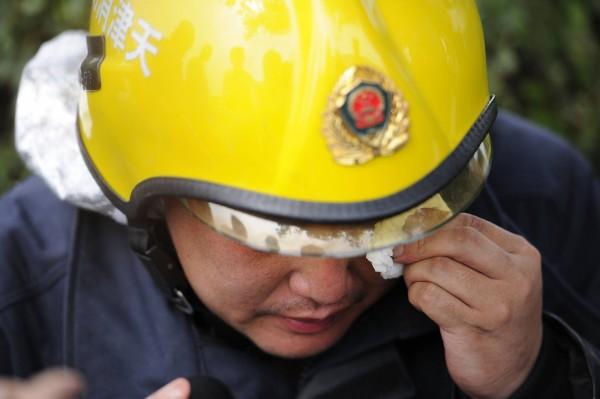 當局出動大批消防員救災。(法新社)