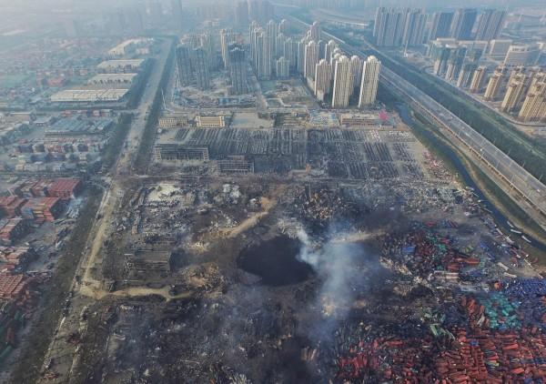 天津大爆炸,現場被炸出一個大洞。(歐新社)
