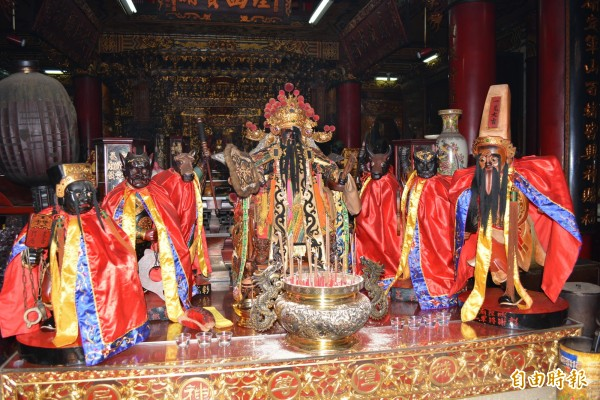 適逢農曆7月,彰化市城隍廟請出城隍爺的「秘書」陰陽司(中)率6將坐鎮,聽取民間疾苦。(記者湯世名攝)