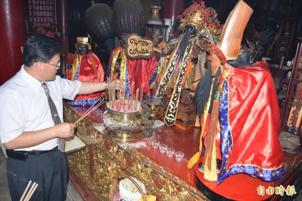 彰化市長邱建富向城隍爺的「秘書」陰陽司(中)等神明祈求農曆7月民間一切平安。(記者湯世名攝)