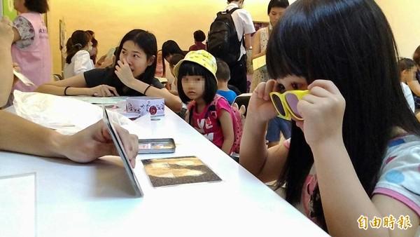 專家指出,適時管理孩子使用3C的習慣,搭配大人陪伴,有助促進親子關係。(記者黃立翔攝)
