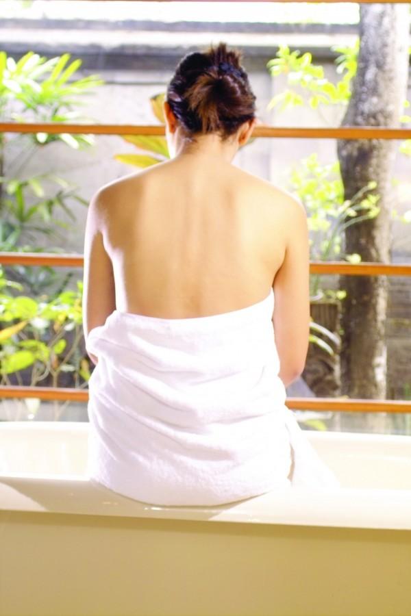 中國浙江一名女子長期被人偷窺洗澡,忍了兩年才決定報警。(情境照)