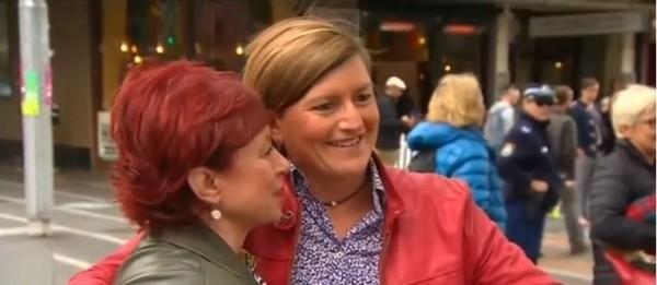 澳洲總理艾柏特表示,執政黨反對同性婚姻合法化,這註定此法案將無法在國會通過。總理的同志姐姐(右)表示,非常失望。(圖擷取自《CNN》)