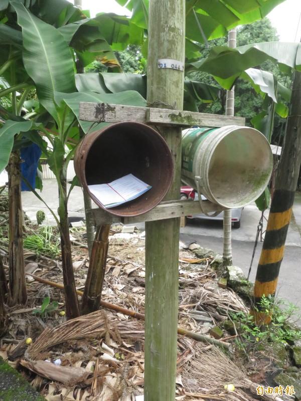 集集鎮富山里居民自製「雙筒」信箱,除方便附近住戶收信外,郵差也不用跑遍山頭送信。(記者劉濱銓攝)