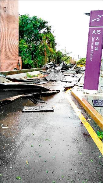 蘇迪勒颱風帶來強風豪雨,將A15大園站、A16橫山站站體屋頂吹翻,造成三輛汽車、七間房舍受損。(桃捷公司提供)