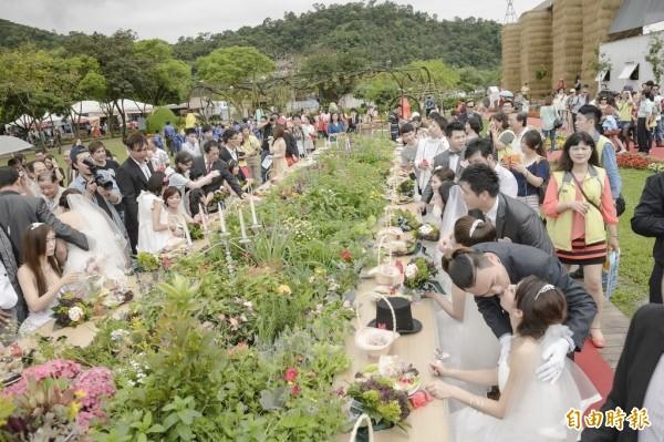 台北市將於10月24日舉辦聯合婚禮,首度開放同性伴侶參加,圖為去年宜蘭縣政府聯合婚禮場景。(資料照,宜蘭縣政府提供)